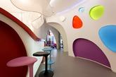 VOX Architects设计的Pampa Green幼儿园空间,内部采用弧形设计,不规则的图形的运用和多种绚丽色彩的组合构建成梦幻烂漫的空间。设计师选择高明度和跳跃的色彩,活泼但不显得繁琐,不规则的空间并不会显得狭仄。这样的设计用心巧妙,有利于启蒙儿童认识色彩和形状。