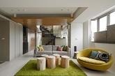 第一家在台北四居室空间测量2562平方英尺(236平方米)。宽敞的空间,亚洲风格的设计,再加点俏皮的奇思妙想。客厅部位,树桩和草皮式的地毯代替茶几,配上柠檬式的情侣座椅,绝对是任何年龄的人放松的理想场所。
