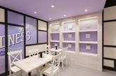 咖啡店和面包店多以暗色原木装点,而位于墨尔本的这家咖啡店兼面包店别出心裁,明色的原木,加入紫色元素:紫色沙发、紫色灯罩,再点缀以紫色花卉,轻盈活泼,给人营造一种浪漫的氛围。(实习编辑 孟璇)