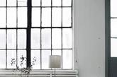 人不在,椅子可以看,与瓶中花对话。低矮的桌子,高高的花茎 ,可以够得到窗外射进来的阳光,含苞待放。(实习编辑 孟璇)