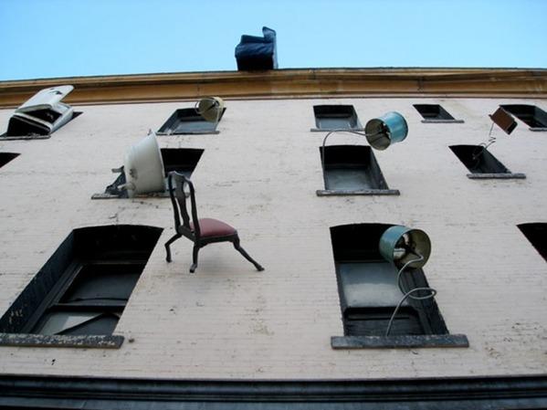 原来家具还可以爬上房子外墙!