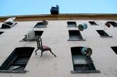 你设想过桌子,椅子,灯,老爷钟,冰箱,长沙发等等,诸如此类的家具,像蜈蚣一样,攀爬在前面上,窗台上吗?来自三藩市的Brian Goggin改装了被丢弃的家具后,将其安置在三藩市一座被遗弃的建筑上,赋予家具新的生命,展现着简单朴实的美。当时,这地方正遭遇经济困境,Brian正是想通过这些个设计,来唤醒人们,释放内心的愁绪,重新振作起来,直面苦难。(实习编辑:谭婉仪)