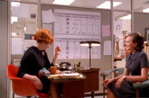 在广告狂人中,由20世纪传奇设计师夫妇Eames设计、家具商Herman Miller制造的家具到处可见。而Time-Life椅子,即是Eames在1959年为Time&Life大楼里的办公室专门设计的。其实早在第四季搬进Time&Life大楼之前,我们就能在《广告狂人》中看见这把椅子的身影了。从文案工作间到会议室,这把椅子见证了一段段荒诞或紧张的办公室剧情。(实习编辑:周芝)