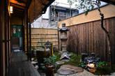 日本的国土面积和城市空间都相当有限,所以町屋的建筑形式也充分显示了日本传统城市住宅的对于空间的特有应用观念。看过这一期airbnb城荐计划后你可能很难从町屋中提取到那些可以借鉴回你家的居家小技巧。但是我们相信大家一定能够体会到的是京都这个城市的文化交融和本土人对于文化的继承力量。如果你已经动心想要去京都一探究竟,我们会再给你一个理由:每年四五月都是京都传统舞蹈公演最频繁的季节。(实习编辑:周芝)