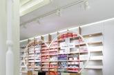 以往的药店药品摆放都是中规中矩的,我们在选择药品的时候,只会针对自己需求,买完药就离开。但是S´ana药店室内设计,室内有多种不同造型的货架,将药品摆放成不同的形状,造型独特。室内颜色鲜艳,一进去就仿佛置身于一个糖果店。人们出于好奇,也会多逗留几分钟。这样,就增加了营销时间和机会。(实习编辑:周芝)