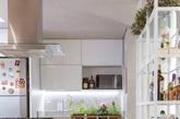 这是巴西利亚70平米简约温馨的公寓,黄色是温暖的颜色,在家中灯光、椅子都用黄色,使家增加温暖感。开放式的厨房,增加了空间感。舒适的沙发让人一躺,就能忘记一天的疲倦。卧室简洁干净,卫生间宽敞明亮。(实习编辑:周芝)