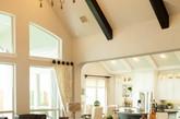 Tips2简奢新古典风 绅士从不会随遇而安,对自己的居室需要细致的考究和专业的搭配,从色系到元素,再到内饰无一不是万里挑一。新古典风格的公寓摒弃了巴洛克和洛可可风格中的矫揉造作,寻回几近失落的纯粹高贵风格,简洁但不失浪漫,低调但不失奢华。