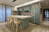 现代人与家人的互动,日渐减少,设计师相当重视亲子间的互动,运用巧思打破对于厨房空间的既有印象,让厨房成为居家空间中的主轴,也使家人有更直接的互动。女屋主对于空间的想像,在厨房发挥的淋淋尽致,橱柜选用视觉性强的地中海蓝,中岛吧台台面选用特色花砖达到点缀效果,这些小细节使居家空间显得童趣、活泼。因男主人平日喜爱泡澡,享受悠闲的片刻,设计师特地为他打造双面盆与宽敞舒适卫浴环境于主卧空间内,让下班返家的男主人将忙碌工作抛在脑后。(实习编辑:谭婉仪)