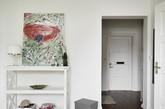 这间72平米的公寓主打北欧风情,无论是墙壁还是家具都选择了素雅的白灰二色,虽然简单但细节绝对精致。住在这样的房子里面,是不是整个人的节奏都会慢下来呢?