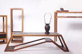 2.借鉴瘦金体的《不染》家具 「不染」禅修空间系列家具造型瘦长独特,借鉴了宋代「瘦金体」的灵韵。《不染-花几》《不染-案几》《不染-高案》花几和案几的承板均为双面活动板,将香云纱软体与丝竹软硬结合。高案包含了三个可活动的承板,亦可取出作为茶盘。