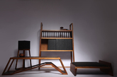 《不染-禅凳》《不染-茶柜》《不染-云纱灯》禅凳平稳的造型予人平稳的感觉。茶柜表面饰以丝竹片。云纱灯微暖的灯光在香云纱笼罩下泛出柔和的意境。