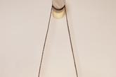 6. 吊灯?吊环? 又是一个看起来不像灯的灯,和普通吊灯不同,这个名叫「光环」(HALO)设计把吊灯挂在了墙的侧壁上,更像一个装饰品。这个作品采用了环形灯管设计,拉动左右两边悬挂光环的绳子可以调节光线的明暗程度,它的设计者也是 RISD 校友 Kjartan Oskarsson。(实习编辑:谭婉仪)