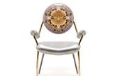 """四.Versace:""""美杜莎""""的椅子 多纳泰拉·范思哲(Donatella Versace)设计的""""上帝之杯(La Coupe des Dieux)""""座椅,在今年米兰家居展上首次亮相。这把椅子极尽奢华:银色全皮革座垫,搭配相同质感的扶手缠绕在黄金与青铜链条之间,其上点缀标志性的巴洛克纹章。""""La Coupe des Dieux""""系列中还包括羊绒扶手沙发,在高级材质上增加神话色彩的希腊刺绣,不过依然维持着干净流利的线条。(实习编辑:谭婉仪)"""