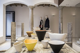 八.Loewe:皮革做的碗 Loewe 的创作总监乔纳森·安德森(Jonathan Anderson)设计了 50 只大小不一的碗,材料则是象征 Loewe 基因的皮革,献给米兰家居展。这 3 套碗的设计灵感来自奥地利陶艺家 Lucie Rie 的作品,并由西班牙百年皮具工坊的第三代传人 José Luis Bazán 全手工制作而成。(实习编辑:谭婉仪)