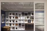商店的门面由白色油漆的砖砌建筑物和格子平顶和条纹玻璃的金属框屏幕,设计灵感都源自北安普敦郡的Cheaney工厂。(实习编辑:谭婉仪)