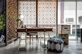 So En Lim设计的马来西亚Waa! Design & Culture展厅,生活化的展示空间,温馨优雅。这就是最近流行的闷骚蓝和 逼格灰的完美结合。精巧的摆件和室内大片的绿植是内部的两点,中国式的屏风设计和质朴的木质家居展示的是亚洲风格。灯具和座椅是西式设计,中西风格在这里完美融合和演绎。(实习编辑 孟璇)