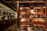 入口处设有的四个闪亮的铜酒桶以欢迎食客