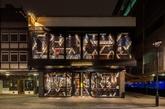 酒吧和餐厅都设在一座两层高的现存建筑内 从玻璃幕墙到划定功能区的金属隔断,抽象的几何图案贯穿整个方案设计。透明与不透明材质的混合使用创造出极具现代感的彩色玻璃效果,形成层次丰富、动态感十足的外立面。在春夏时节,楼上的玻璃窗可以开向餐厅外热闹的贝里克大街,大街上还有一个繁华的日常市场。