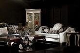 ①欧式奢华风 无论是金碧辉煌的古典欧式还是高贵黑灰色调的现代欧式,女王均可轻松驾驭。欧式贵族奢华繁复的室内装饰风格与女王的高贵冷艳更配哦。巨大水晶灯照射下的空间,布置追求细部雕琢的洛可可元素。