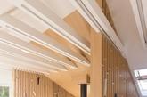 设计师首先改变空间布局,清理不必要的隔断墙,拆下较低的屋顶间距的支撑杆,去掉天花板,用美丽的托梁打开高层空间。烟囱旁边的房间用来储物。左侧,屋檐下的吧台可以饮茶喝酒;同时沿窗打造了工作台。设计师采用简单的自然材料及颜色,创造出温馨明亮的氛围,为空间带来安宁与和平。