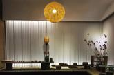 这款球型吊灯结构相对简单,只是饱满的球形竹篮将光源包裹起来,点亮时灯光从竹条缝隙中透出来,无限温馨。