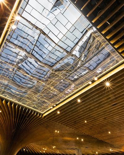 树状柱子打造枝桠蔓延的购物市场 卓越的环保设计