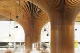 从原本普通的、装有空调设备的购物中心,转变为枝桠蔓延的有趣形象,凭借这种对可持续的自然元素的引入,改变了大众的体验,并在环保设计方面,达到了卓越的水平。商场中唯一可见的人工光源是从树状柱体的枝桠中伸出,为空间体验增光添彩。(实习编辑:刘嘉炜)