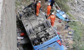 西藏旅游大巴与两车相撞后坠崖 已致44人遇难