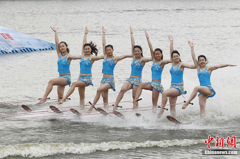 中美滑水明星赛 美女选手演绎高难动作高清