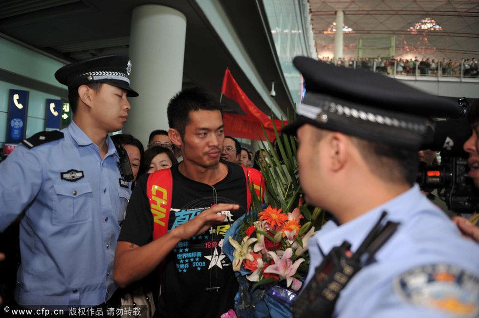 北京时间8月9日,在伦敦拿下全部五枚奥运金牌的中国羽毛球队载凯旋而归,而由于中国羽毛球队有林丹这样的重量级人物出现,也一度让今天的首都机场陷入混乱状态。图为林丹