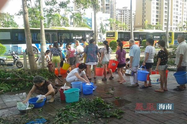 台风致海口全城停水停电,市民排队接消防水应急。