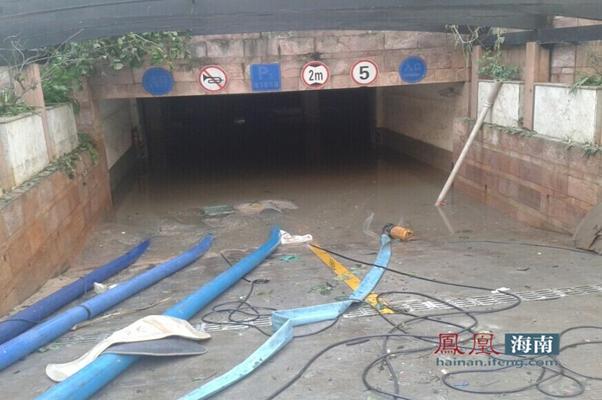 水泵昼夜不停地抽居民小区里被淹车库里的水。