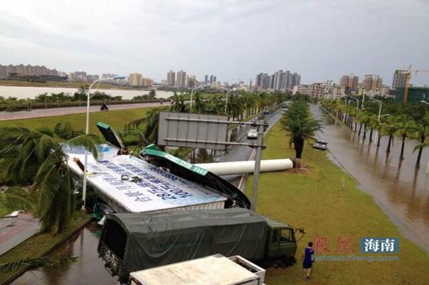 巨幅广告牌被台风刮倒。