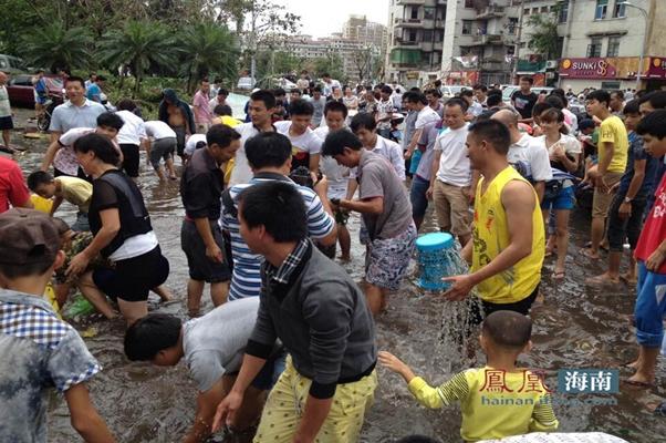 市民自发清理积水。