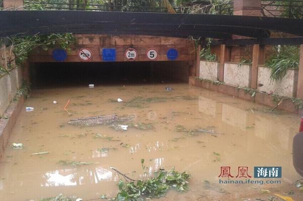 海口凤翔东路一小区车库被水淹,车辆全泡水里。
