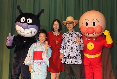 资料图片:柳濑嵩(右二)92岁时出席《面包超人》剧场版首映式