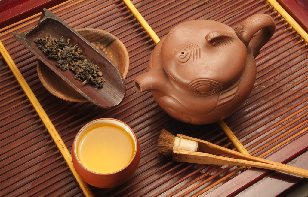"""茶道源于中国,兴于唐,盛于宋、明,衰于近代。宋代以后,茶道传入日本、朝鲜,并获得新的发展。中国茶道是以修行得道为宗旨的饮茶艺术,其目的是借助饮茶艺术来修炼身心、体悟大道、提升人生境界。    中国茶道是""""饮茶之道""""、""""饮茶修道""""、""""饮茶即道""""的有机结合。 所谓""""饮茶之道"""",是指饮茶的艺术,""""道""""在此作方法、技艺讲。中国茶道约成于中唐之际,陆羽是中国茶道的鼻祖。其所著《茶经》不仅是世界上"""