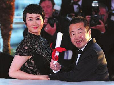 导演贾樟柯和妻子赵涛获奖后出席拍照仪式新华社发