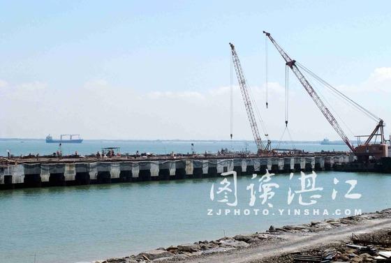 湛江钢铁项目获批 市长发改委外亲吻文件庆祝