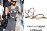 歌坛小天王贾斯汀的小女朋友Selena Gomez身着灰色笑脸背心式前短后长裙亮相街头,搭配Valentino凉鞋,休闲又可爱。