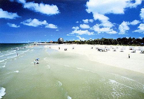 银滩位于广西北海市南部海滨,距离市区约6公里,东西绵延约24公里