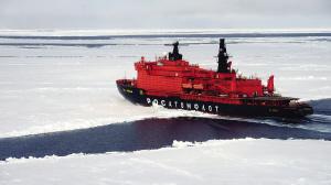 破冰船在冰原上如履平地。