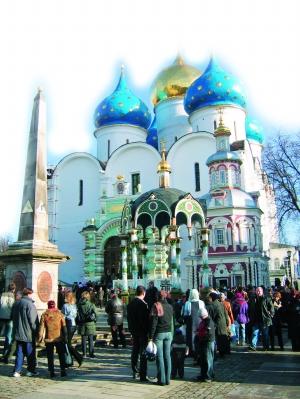 谢尔盖三一修道院中央的圣母安息大教堂。