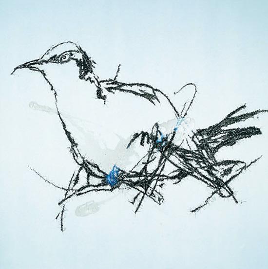 《画个鸟》 先锋生产队 颜长江 中国当代艺术绕不开一只鸟。叶永青的鸟,笔触有点儿晕开的线条鸟,很简单的图样,有时,他甚至仅仅是画根线条,画个笔触。这种笔触,是重碳的铅笔,在速写本上随手一涂的效果。 当然,他是画出来的,画得很大。是先写,再用投影仪或幻灯机放大,再绘画出来。 对于这样的画,我当年也不太懂。差点又认为是一个蒙事儿的。大众也不懂。2010年,他的一只鸟,拍卖了25万元。这个当代艺术新闻变成了一个大事件,点击率达到  二千多万次。大家不明白:这一只简单的丑鸟,怎么就那么贵? 当代艺术,确实有