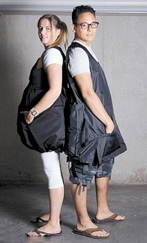 """穿""""背包衣""""上飞机 不怕行李超重了"""