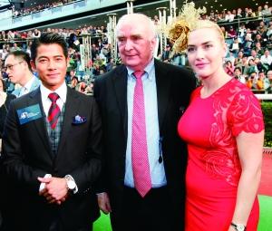 ▲大使凯特温斯莱特、郭富城与浪琴表总裁霍凯诺一同于沙田马场赛道上亮相。