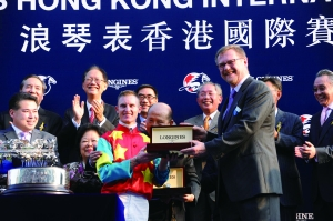 """▲斯沃琪集团香港地区总裁卢克勤向香港一哩赛事冠军,""""雄心威龙""""的骑手扎克潘顿赠送浪琴表一枚。"""
