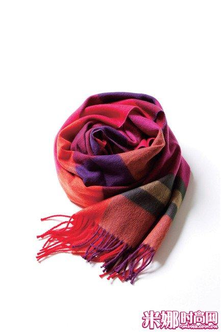 亮丽的格纹围巾给人新鲜感