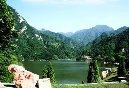 """万亩天然""""紫荆花海""""太平国家森林公园镶嵌于秦岭北坡腹地,主要景区在"""