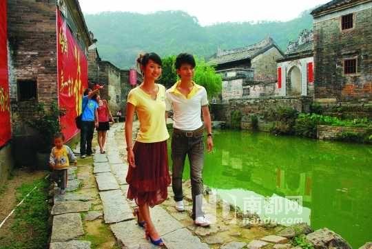 游客被杨池古村秀美的风光、淳朴的民风吸引。